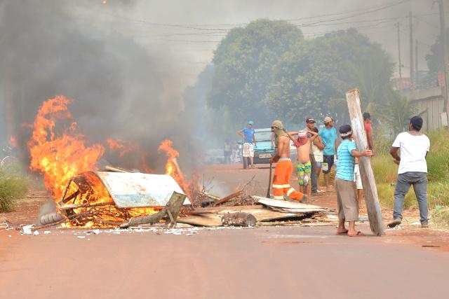 Ocupantes das áreas entraram em conflito com a Guarda, colocaram fogo nas áreas e atiraram pedras. - Crédito: Foto: Marcos Ribeiro