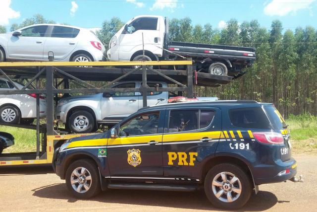 PRF apreende caminhão clonado em 'cegonha' - Crédito: Foto: Divulgação/PRF