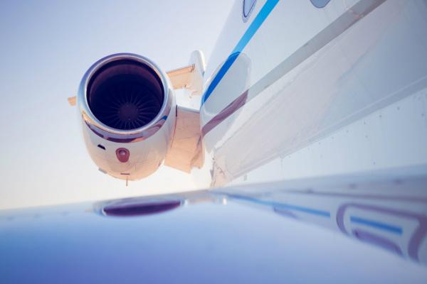 As viagens de avião podem aumentar o risco de trombose devido à posição que você fica por várias horas -