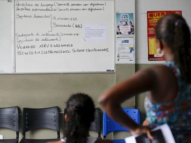 Mulheres sem emprego observam quadro com vagas de trabalho em Itaboraí - Crédito: Divulgação