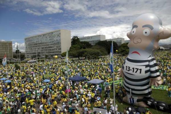 No dia 4 de setembro, Lula registrou reclamações contra o famoso boneco inflável Pixuleco, -