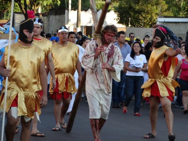 Momentos da encenação da Via Sacra do ano passado na cidade de Amambai. - Crédito: Foto: Vilson Nascimento
