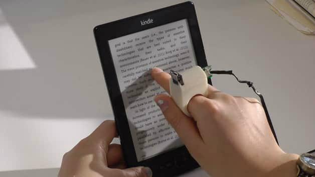 Basta apontá-lo para um livro ou leitor de e-book, como o Kindle, que o anel scanneia todo o espaço -