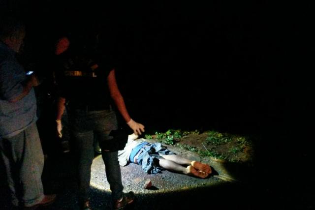 Segundo a polícia, vítima deve ter sido atingido por um carro ou caminhão. Chovia muito no momento do acidente. - Crédito: Foto: Cido Costa