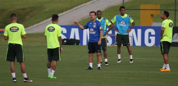 Dunga dá instruções em treino para seu time. Foto: Divulgação/UOL -