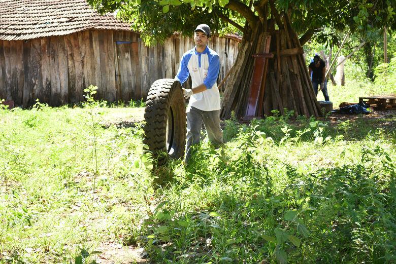 De acordo com a Lei, fica autorizado aos Agentes identificados adentrarem quintais  para fazer o controle do vetor da dengue. - Crédito: Foto: Divulgação