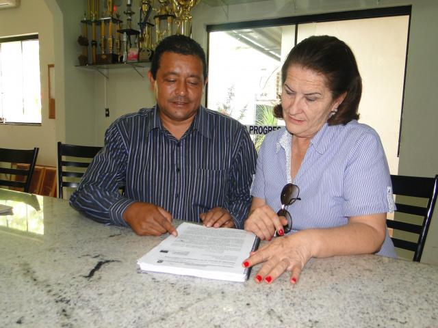 Zezinho e Rosa, do Sinsemd, comemoram a aprovação do PCCR. - Crédito: Foto: O PROGRESSO