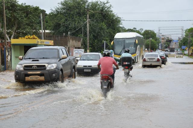 Rio Dourados transbordou, invadiu pista e alagou casas na Vila dos Navegantes em Fátima do Sul. - Crédito: Foto: Hedio Fazan