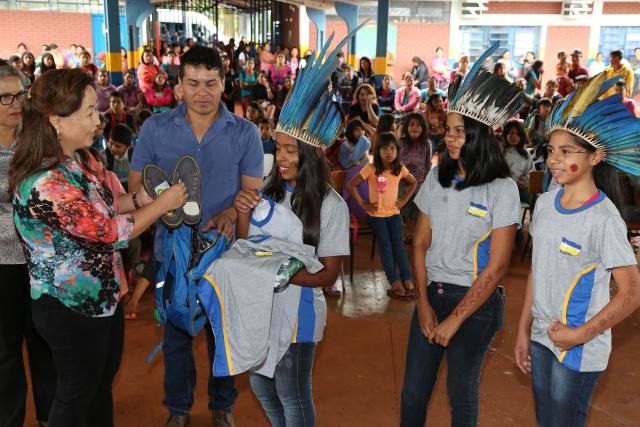 Secretária Marinisa aproveita a entrega dos kits para fazer relato das ações da  Educação. - Crédito: Foto: Assecom