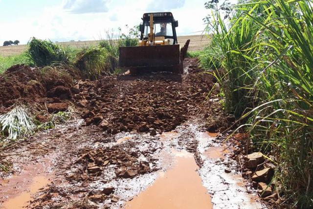 Máquina da prefeitura recupera estrada na zona rural de Caarapó. - Crédito: Foto: Divulgação