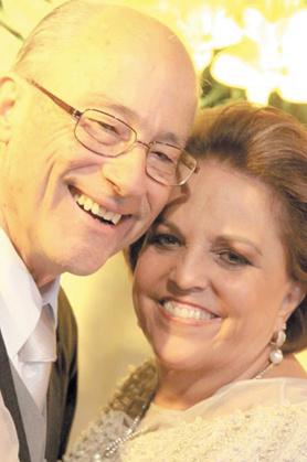 Parabéns e votos de felicidade a Márcio Resende, que muda de idade hoje. Na foto, com sua esposa, Marise Andrade. -
