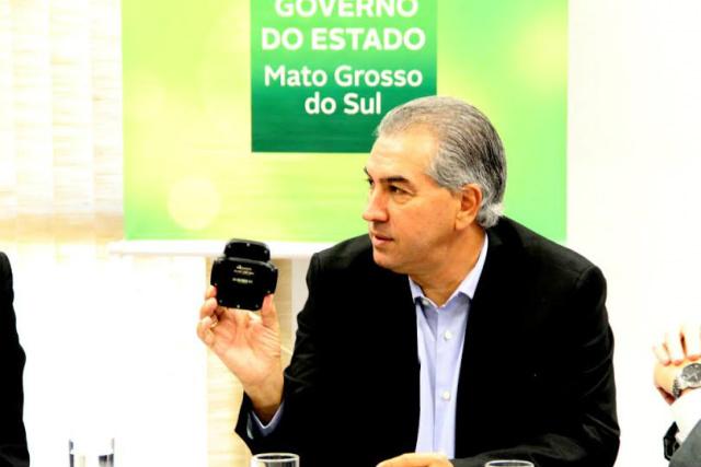 Reinaldo exibe tornozeleira que passa a ser utilizada por presos em movimentação no Estado. - Crédito: Foto: Divulgação
