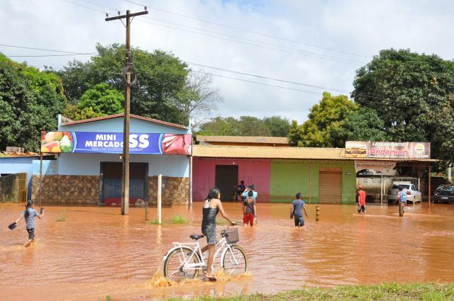 A forte chuva de 11 mm, de  53 minutos na madrugada de ontem em Dourados, alagou  trecho da MS-156. - Crédito: Foto: Hedio Fazan