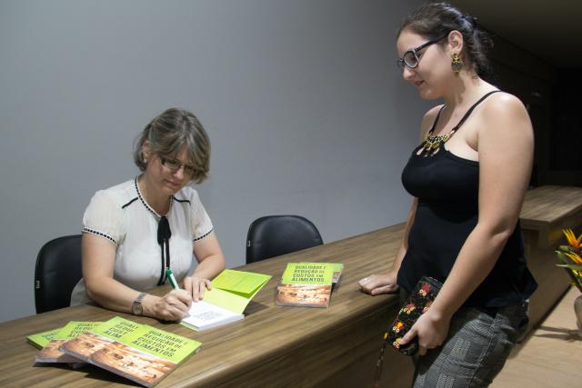Professora do curso de Nutrição  Patrícia Cintra autografa obra. -