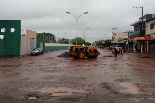 Servidores da prefeitura de Caarapó enfrentam chuvas para melhorar as condições das ruas da cidade. - Crédito: Foto: Dilermano Alves