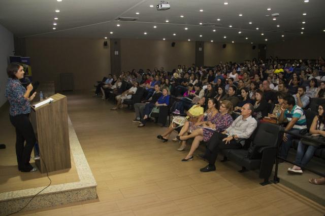 Suyane Elias Comar  palestrou sobre cuidados das relações. - Crédito: Foto: Divulgação