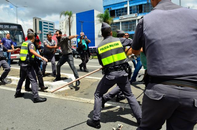 Militantes contrários e favoráveis a Lula entraram em confronto em São Bernardo do Campo. - Crédito: Foto: Rovena Rosa/Agência Brasil