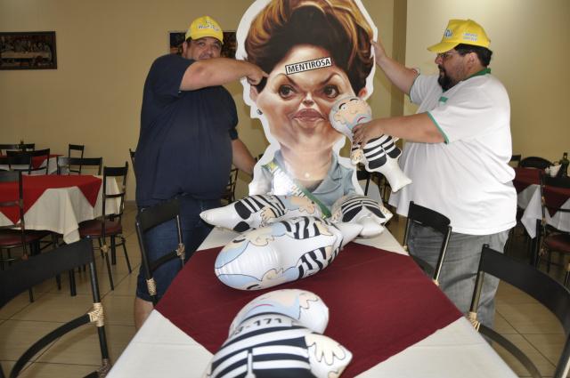 """Bonecos """"Pixulecos"""" serão distribuídos para a população em protesto contra a corrupção. - Crédito: Foto: Hedio Fazan"""