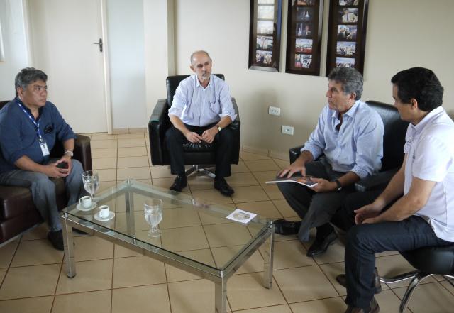 Prefeito Murilo e secretário Landmark reunido com equipe da Embrapa Agropecuária Oeste. - Crédito: Foto: Assecom