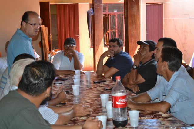 Barbosinha conversa com correligionários do PSB durante encontro realizado sábado em Itaporã. - Crédito: Foto: Divulgação