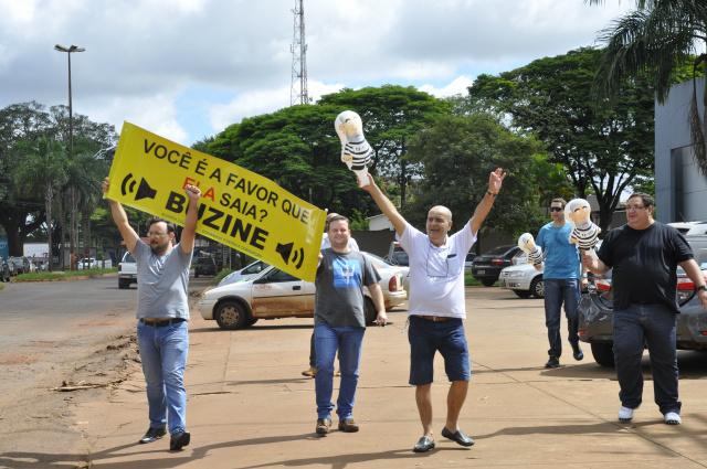 Ideia do protesto que aconteceu no sábado, era o de sair em marcha pela principal avenida de Dourados, a Marcelino Pires. - Crédito: Foto: Hedio Fazan