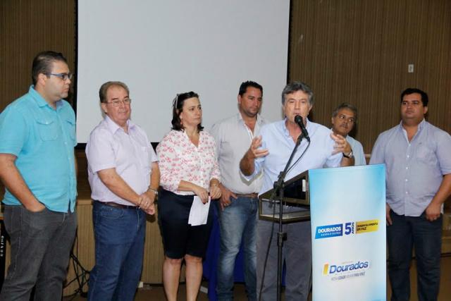 Assinatura dos convênios  com as entidades sociais aconteceu no auditório da prefeitura. - Crédito: Foto: Chico Leite