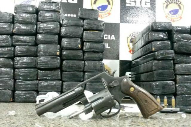 Droga e arma apreendidas pelo SIG ontem em Dourados. - Crédito: Foto: Cido Costa/Dourados Agora