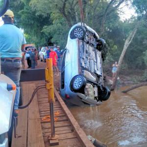 Momento em que o carro era retirado do córrego Bopei. - Crédito: Foto: Divulgação