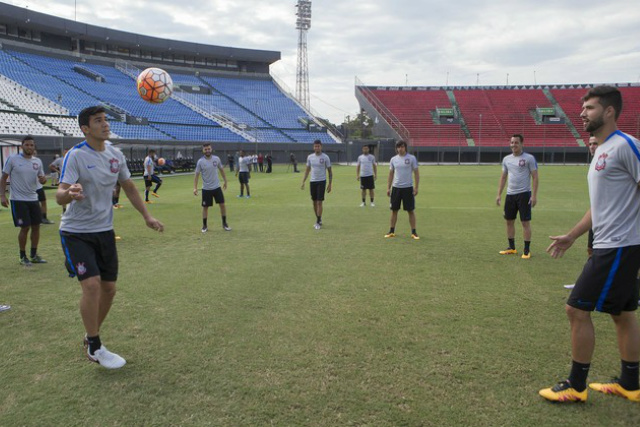 Jogadores do Corinthians bateram bola no Defensores del Chaco ontem em preparação para rodada. - Crédito: Foto: Divulgação