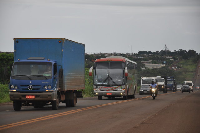 Ontem à tarde, o repórter fotográfico Hedio Fazan registrou uma ultrapassagem indevida em trecho urbano da rodovia BR-463. - Crédito: Foto: Hedio Fazan