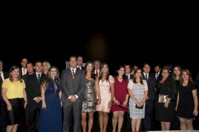 Solenidade de posse da nova diretoria e Conselhos da 4ª Subseção da Ordem dos Advogados do Brasil em MS, na noite de anteontem, no Teatro Municipal de Dourados. - Crédito: Foto: Hédio Fazan