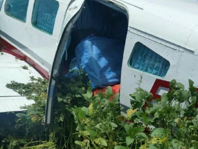 Avião atolado estava com mais de 440 quilos de cocaína. - Crédito: Foto: Fronteira Alerta