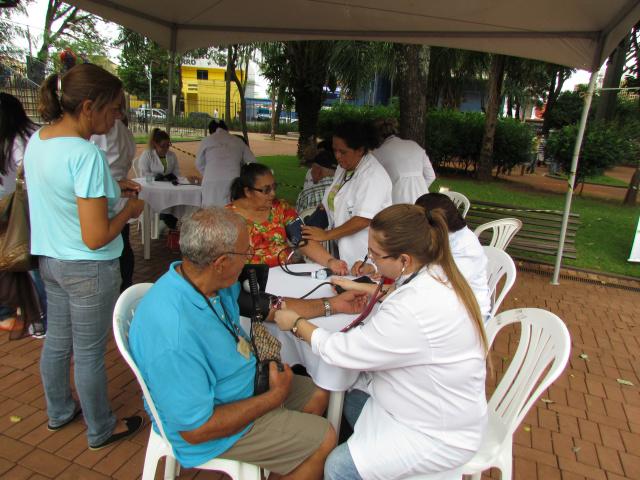 Público realiza exames clínicos em campanha de prevenção a doenças do rim na Praça Ary Coelho; ação é uma parceria entre faculdades de Medicina, Enfermagem e Nutrição com a Abrec. - Crédito: Foto: Elvio Lopes