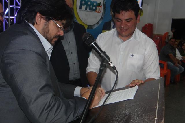 Mourão tem a ficha de filiação ao PRB abonada pelo presidente da Executiva Regional do partido. - Crédito: Foto: Divulgação