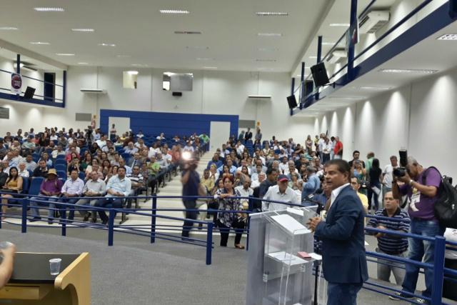 Ex-prefeito Nelsinho Trad discursa durante ato do PTB na Câmara Municipal. - Crédito: Foto: Divulgação