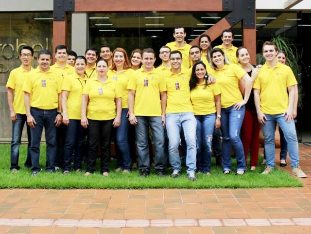 Equipe da OKA Pisos e Acabamentos de Dourados que está completando três anos. - Crédito: Foto: Divulgação