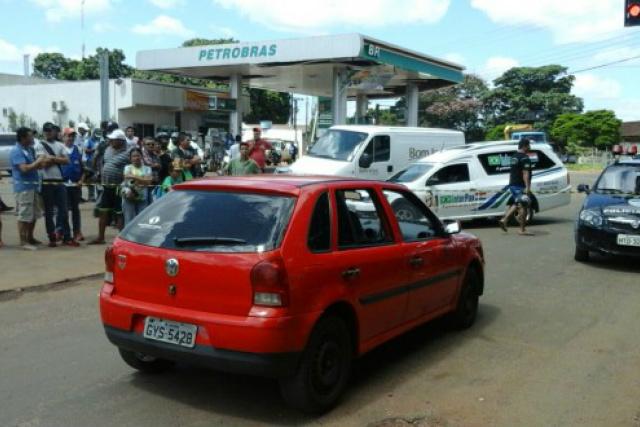 Ao parar no sinaleiro foi alcançado por dois pistoleiros que estavam a bordo de uma moto, eles atiraram e fugiram. - Crédito: Foto: Ponta Porã