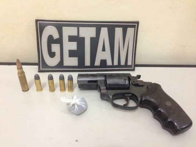 Arma e munição apreendida com menores em Dourados. - Crédito: Foto: Divulgação/PM