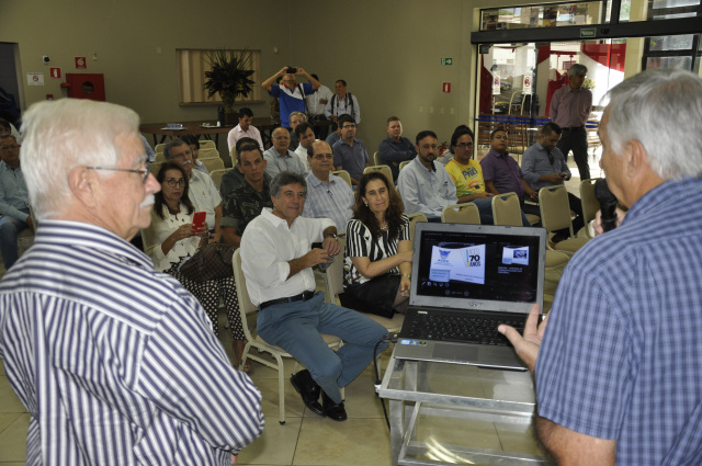 Antônio Nogueira, da Aced, e presidente do Sindicato, Rural Lúcio Damália com autoridades. - Crédito: Foto: Hedio Fazan