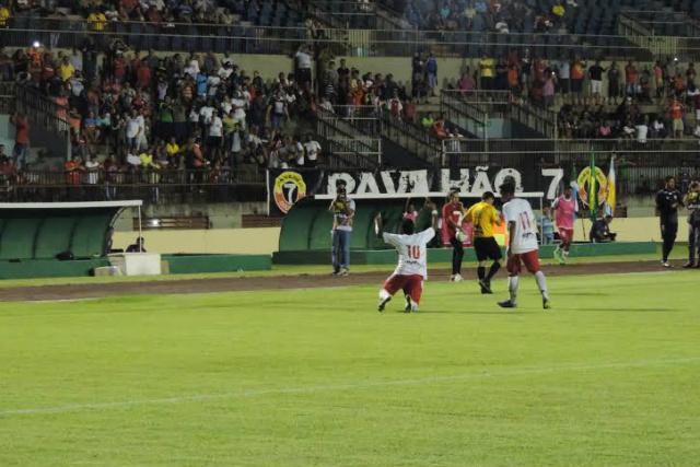 Dio comemora o segundo gol do Sete contra o Aquidauense, em partida no Douradão. - Crédito: Foto: Renato Giansante/Sete de Dourados