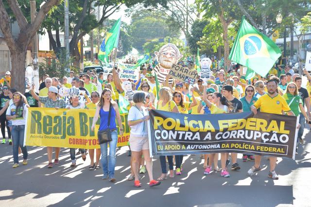 """O Movimento """"Acorda Dourados"""" levou milhares de pessoas, que percorreram algumas  ruas no protesto de ontem,  segundo os organizadores da manifestação realizado em Dourados neste domingo. - Crédito: Foto: Marcos Ribeiro"""
