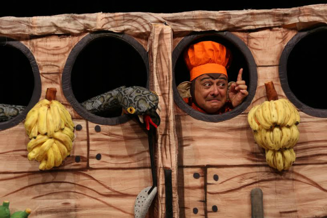 """Marcelo Dusi vive o personagem Chico Bananada e manipula seus divertidos bonecos em """"O Macaco Cozinheiro da Arca de Noé"""" - Crédito: Foto: Divulgação"""