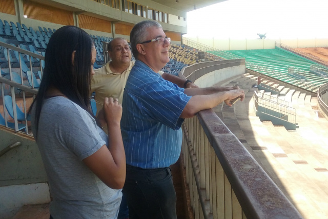 Consultora e o diretor de futebol do Ministério  no Douradão. - Crédito: Foto: Assecom