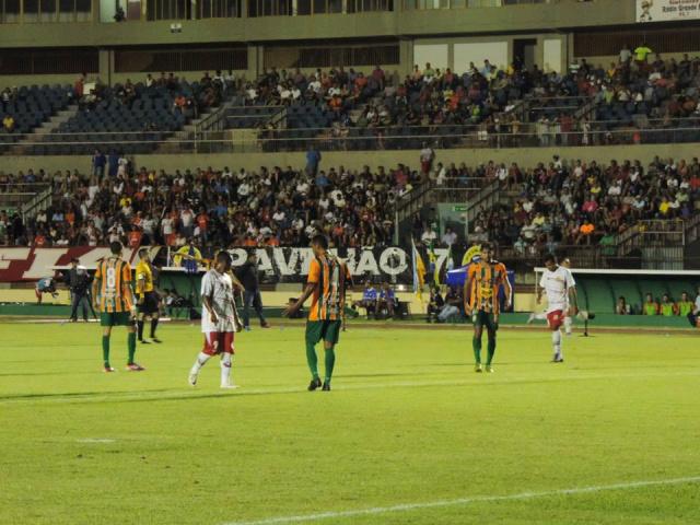 Lance do jogo de quarta-feira no Douradão, quando o Naviraiense venceu por 2 a 1 o Sete de Dourados. - Crédito: Foto: Divulgação