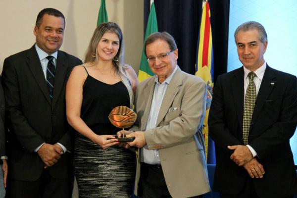 A primeira-dama Graciela Rosalin, representa o prefeito de Figueirão. - Crédito: Foto: Divulgação