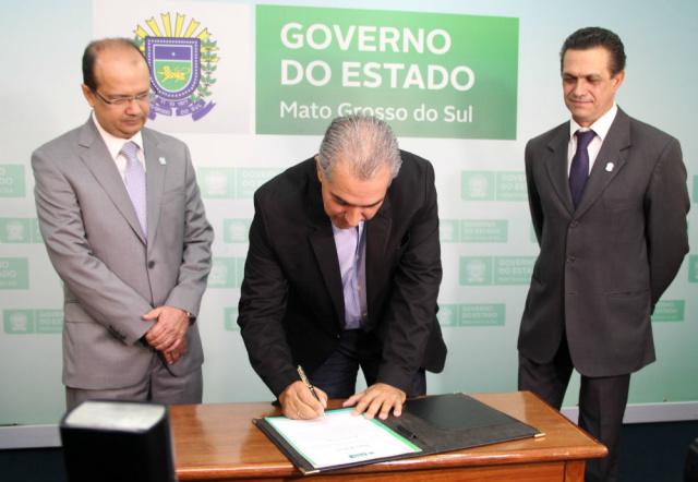 Governador Reinaldo Azambuja assina termo de Barbosinha que assume no lugar de Silvio Maluf. - Crédito: Foto: Chico Ribeiro
