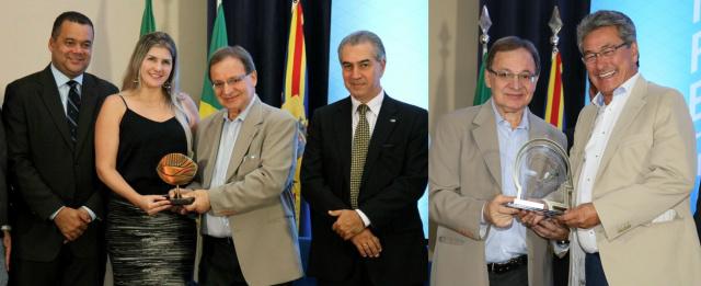 Governador Reinaldo Azambuja entre representantes do Sebrae e prefeitos premiados Rogério Rosalin e Roberto Hashioka. -