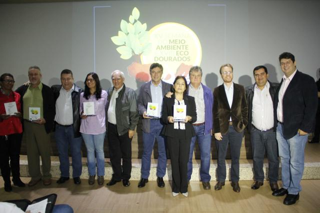 Murilo, lideranças e autoridades na entrega do troféu ano passado. - Crédito: Foto: Divulgação