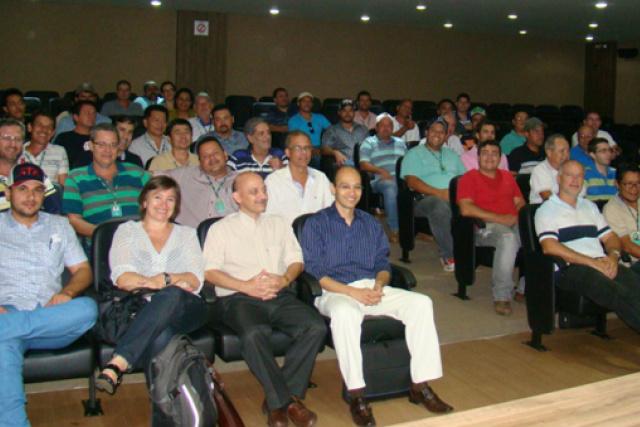 Extensionistas rurais da Agraer, participam da capacitação presencial, realizada nos laboratórios de informática da Unigran. - Crédito: Foto: Divulgação
