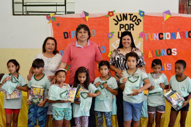 Prefeito de Bataguassu, Pedro Arlei Caravina durante a entrega de uniformes escolares para os alunos atendidos pela REME. - Crédito: Foto: Assessoria